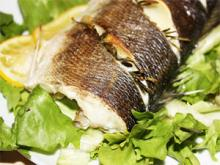 Сибас, запеченный с розмарином и чесноком